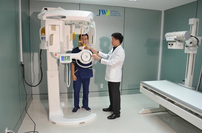 Máy CT 3D để đo khuôn mặt khách hàng, cho kết quả chính xác, nhằm phục vụ cho việc độn cằm thuận lợi hơn.