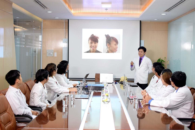 E kip bác sĩ JW hội chẩn để tìm ra phương pháp tối ưu cho khách hàng