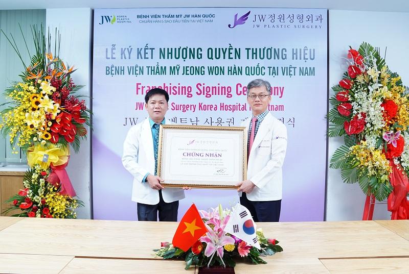 Bác sĩ Tú Dung và bác sĩ Man Koon Suh trong buổi lễ ký kết nhượng quyền thương hiệu