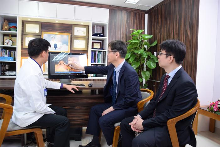 TS. BS Man Koon Suh chuyển giao kỹ thuật và công nghệ nâng mũi cho các bác sĩ JW Việt Nam