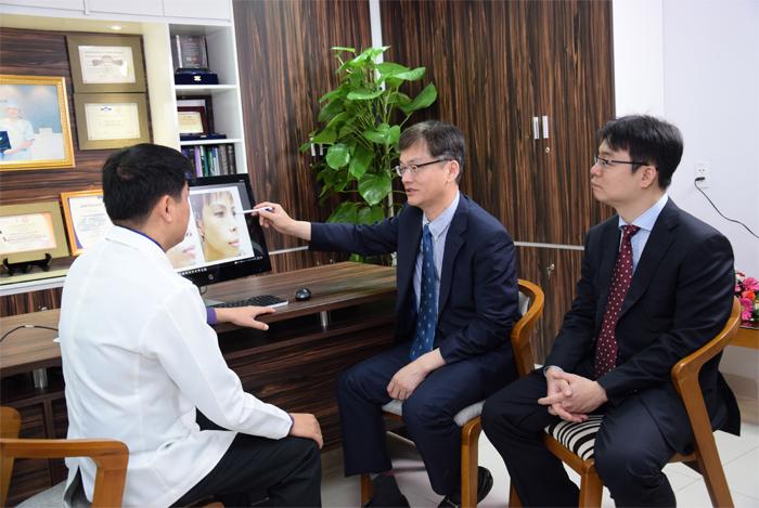 TS. BS Man Koon Suh trực tiếp về Việt Nam chuyển giao công nghệ thẩm mỹ mũi cho các bác sĩ tại JW