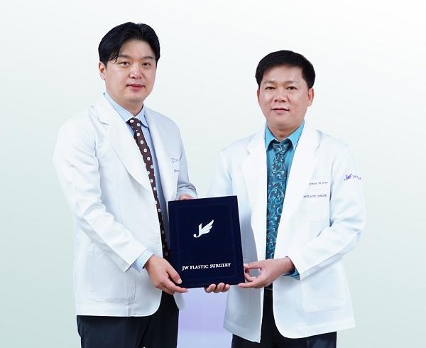 Cắt mí mắt tại JW được chuyển nhượng công nghệ từ TS. BS. Hong Lim Choi - chuyên gia thẩm mỹ mắt hàng đầu của Hàn Quốc