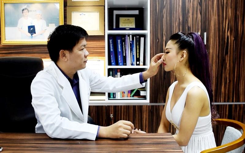 TS. BS. Nguyễn Phan Tú Dung hướng dẫn và tư vấn cho khách hàng cách chăm sóc sau nâng mũi