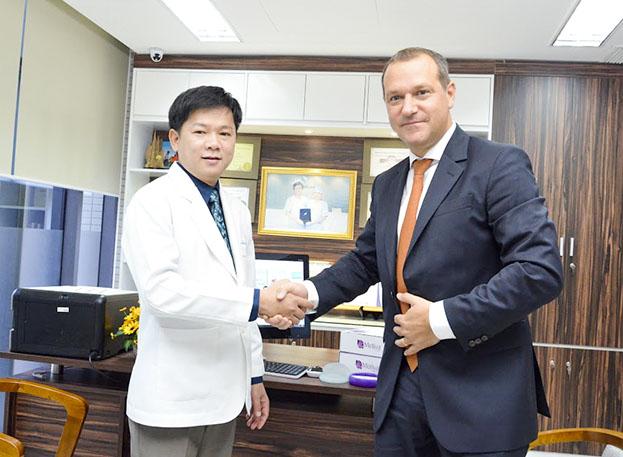 Giám đốc hãng sản xuất túi Motiva trực tiếp đến Bệnh viện thẩm mỹ JW Hàn Quốc lựa chọn là đối tác tin cậy