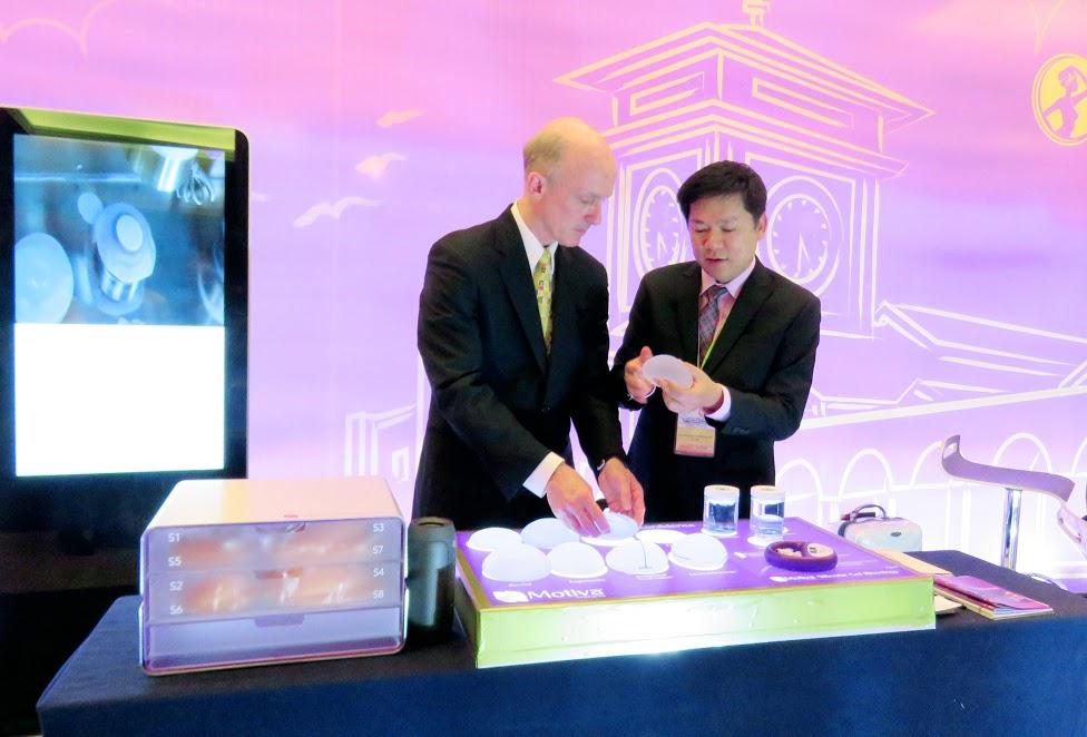 TS. BS. Nguyễn Phan Tú Dung và ông Oliver Tourniare - Giám Đốc Hãng Sản xuất túi ngực Nano chip cố vấn kĩ thuật túi Nano chip.