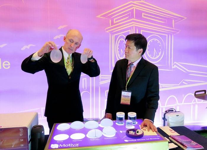 T GS. TS. BRIAN M. KINNEY (Mỹ) –  chuyên gia đến từ hãng sản xuất túi nâng ngực nano chip Motiva trò chuyện và với TS.BS. Nguyễn Phan Tú Dung về túi nâng ngực Nano Chip