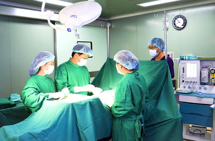 Phòng phẫu thuật với trang thiết bị hiện đại, đảm bảo vô trùng theo chuẩn của Bộ Y tế