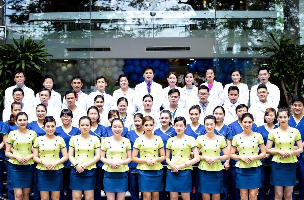 đội ngũ y bác sĩ và nhân viên