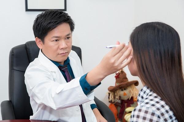 BS. Tú Dung chuyên gia thẩm mỹ mắt đang tư vấn và đo vẽ tỷ lệ mắt cho khách hàng