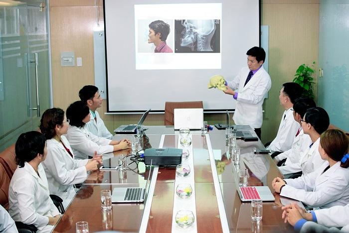 Bác sĩ Nguyễn Phan Tú Dung cùng hội đồng thảo luận về một ca phẫu thuật móm