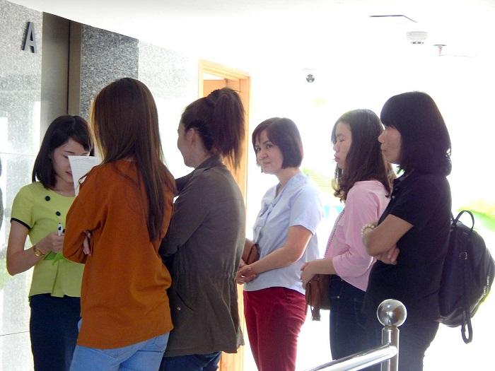 Khách hàng xếp hàng chờ lễ tân đưa đi gặp các bác sĩ chuyên khoa thẩm mỹ tư vấn từng dịch vụ tại JW