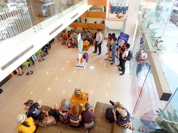 Từ sáng sớm đã có rất nhiều khách hàng đến Bệnh viện thẩm mỹ JW Hàn Quốc để đăng ký tham gia chương trình