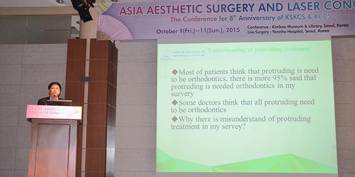 TS. BS. Nguyễn Phan Tú Dung báo cáo về đề tài hàm mặt tại hội nghị KSKCS & KCCS thường niên do Hiệp hội Phẫu thuật Thẩm mỹ & Y khoa Hàn Quốc (Korean Society Of Korean Cosmetic Surgery & Medicine)
