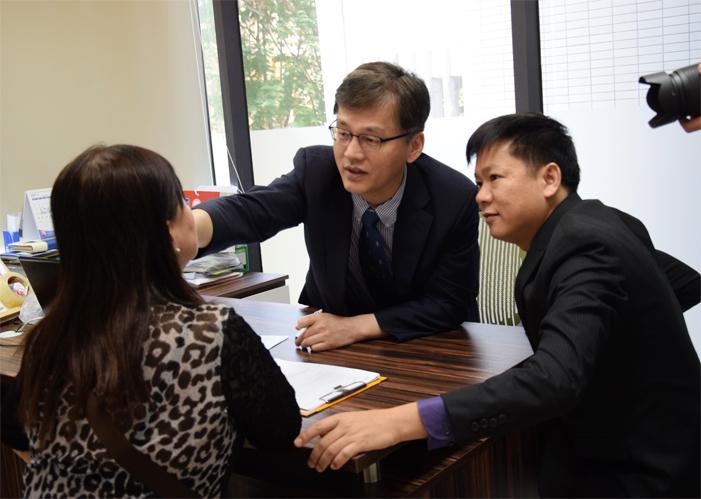 TS. BS Man Koon Suh cùng TS. BS. Nguyễn Phan Tú Dung khám tư vấn một trường hợp mũi khó tại Việt Nam