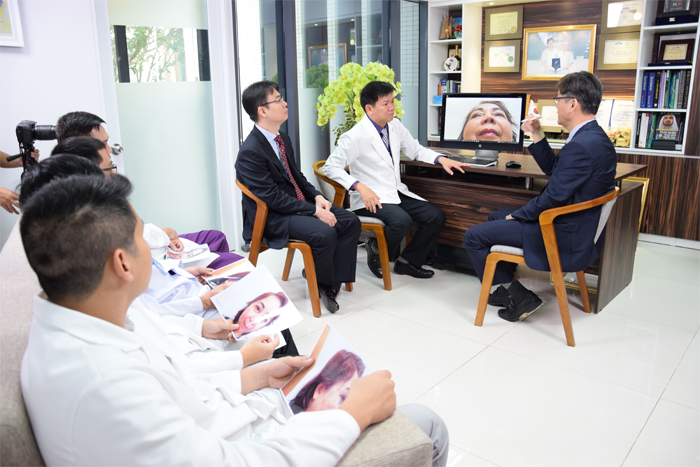 TS. BS. Man Koon Suh cùng các bác sĩ tại Việt Nam trao đổi kỹ thuật mới trong chỉnh hình mũi