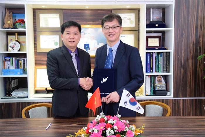 TS. BS. Nguyễn Phan Tú Dung cùng TS. BS. Man Koon Suh hợp tác thành lập Chuyên Khoa Tái phẫu thuật mũi hỏng tại JW