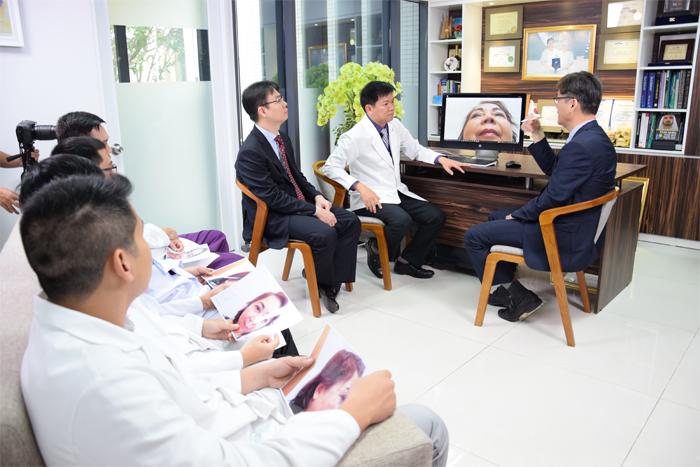 TS. BS. Man Koon Suh trao đổi kỹ thuật nâng mũi mới với các bác sĩ tại JW