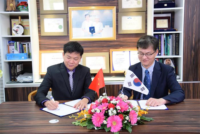 TS. BS. Nguyễn Phan Tú Dung cùng TS. BS. Man Koon Suh ký kết thành lập Chuyên khoa Tái phẫu thuật mũi tại JW