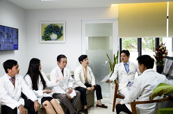 Đội ngũ bác sĩ chuyên khoa JW thường xuyên trao đổi học thuật cùng chuyên gia nước ngoài.