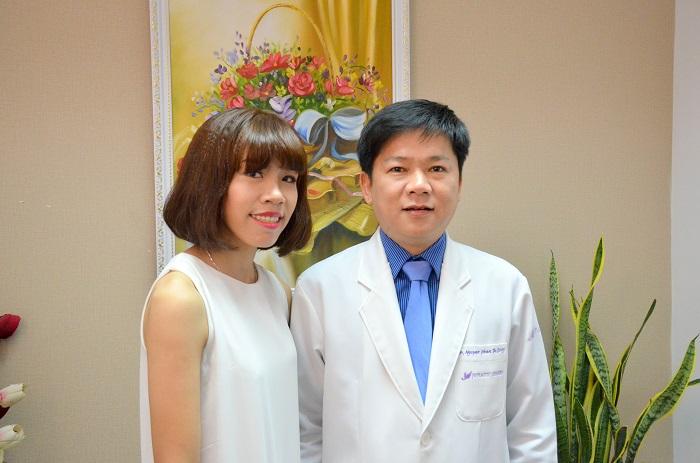 Nguyễn Thị Dung và bác sĩ Tú Dung chụp hình lưu niệm