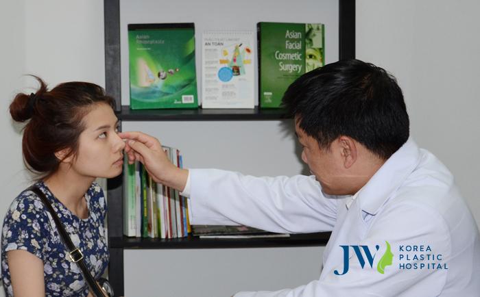 TS. BS. Nguyễn Phan Tú Dung đang thăm khám cho bệnh nhân gặp vấn đề về mũi do sử dụng chất làm đầy quá nhiều