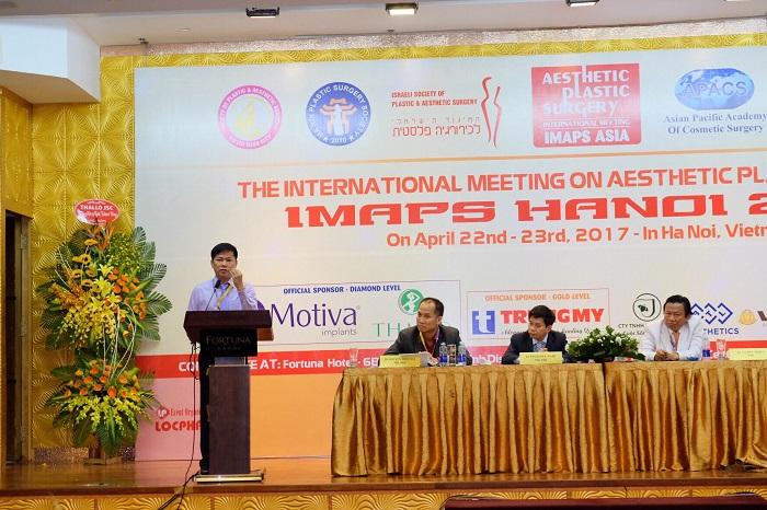 Bác sĩ Tú Dung báo cáo đề tài 1000 ca hô móm thành công tại Hội nghị thẩm mỹ quốc tế diễn ra ở Hà Nội